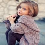Divča v siňoch stojalo